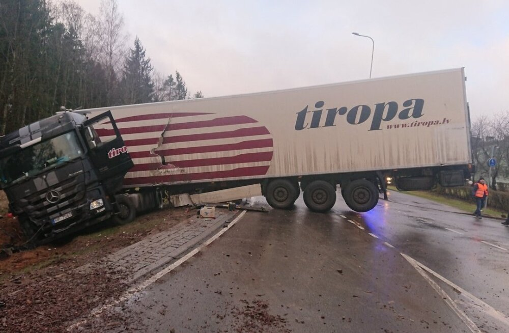 ФОТО | Авария грузовика повлекла разлив топлива