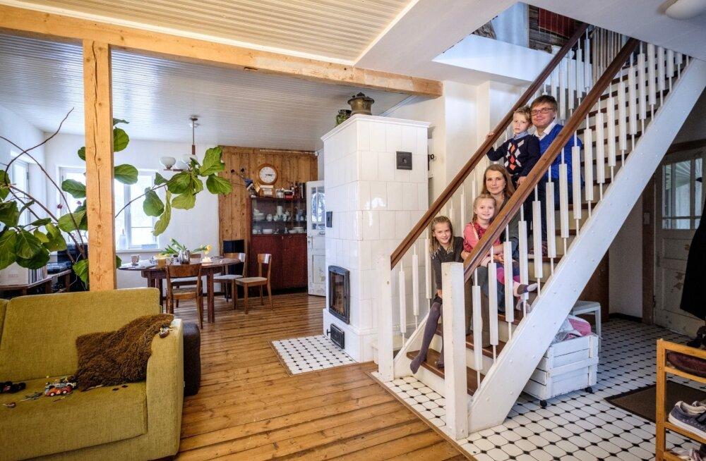 Kunstnikuhingega Krõõt ja Mikk ning nende lapsed Iti, Mihkel ja Selma kaunilt taastatud maja trepil