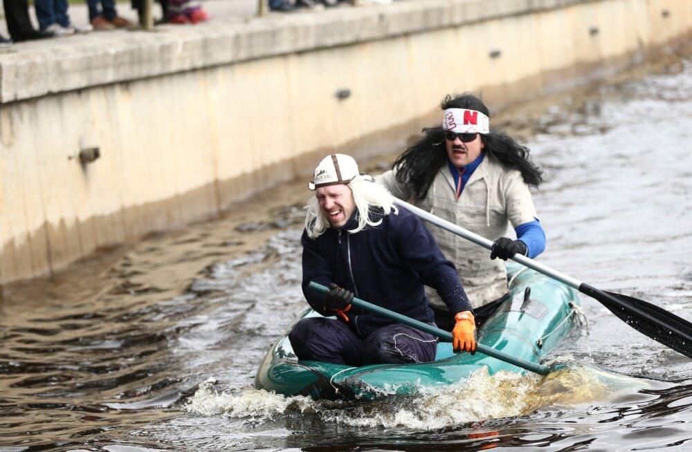 ФОТО DELFI: Горилла, Дарт Вейдер и ниндзя — в Тарту соревновалась на лодках пестрая компания