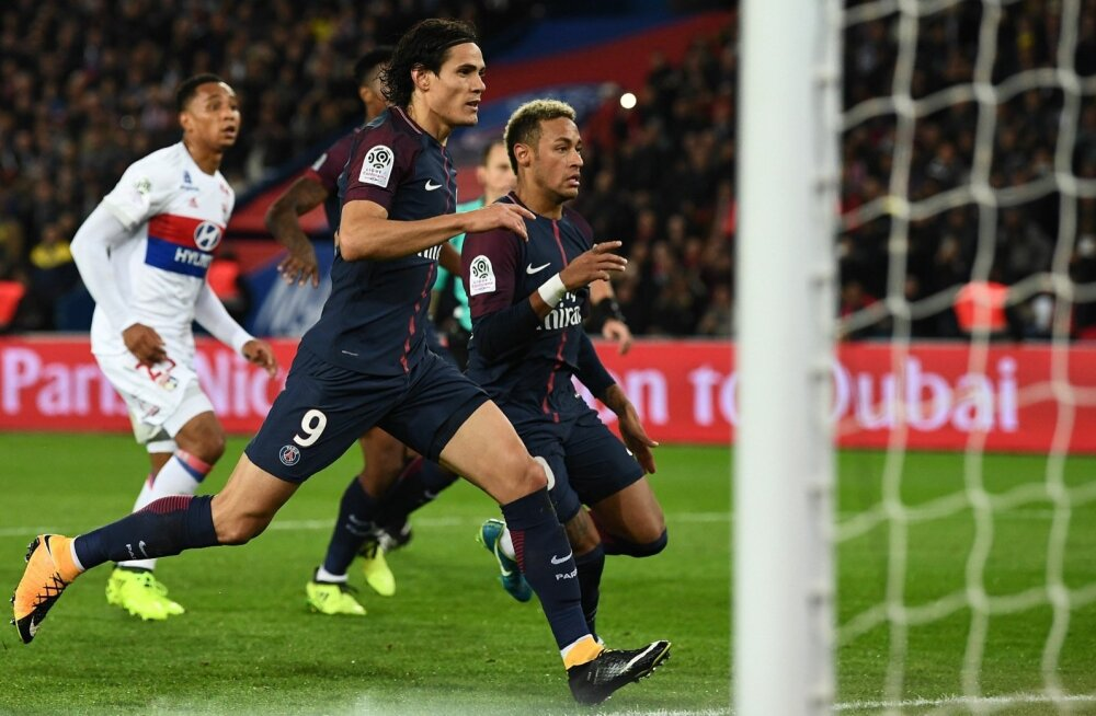 Edinson Cavani (vasakul) ja Neymar koos pallile jooksmas.