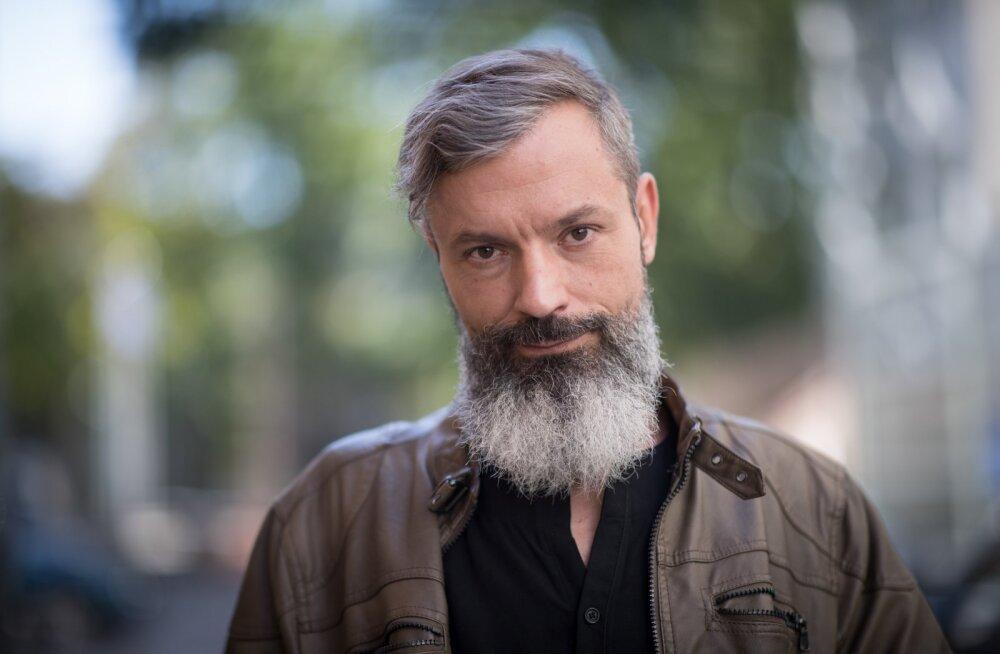 """OWE PETERSELL jõudis raadiojaama Elmar pärast eripedagoogina töötamist ajalehekuulutuse kaudu. Pakkus end muusikatoimetajaks. See koht oli kinni, ent ta võeti tööle, sest 1997. aastal loodud raadiojaam Elmar vajas muusikatundjat. Aastail 2004–2017 oli Owe Elmari peatoimetaja. 2018. aastal sai temast Vikerraadio ja """"Terevisiooni"""" saatejuht. Ta on teinud ka vahelepõikeid eratelekanalite saateisse ja sarjadesse."""