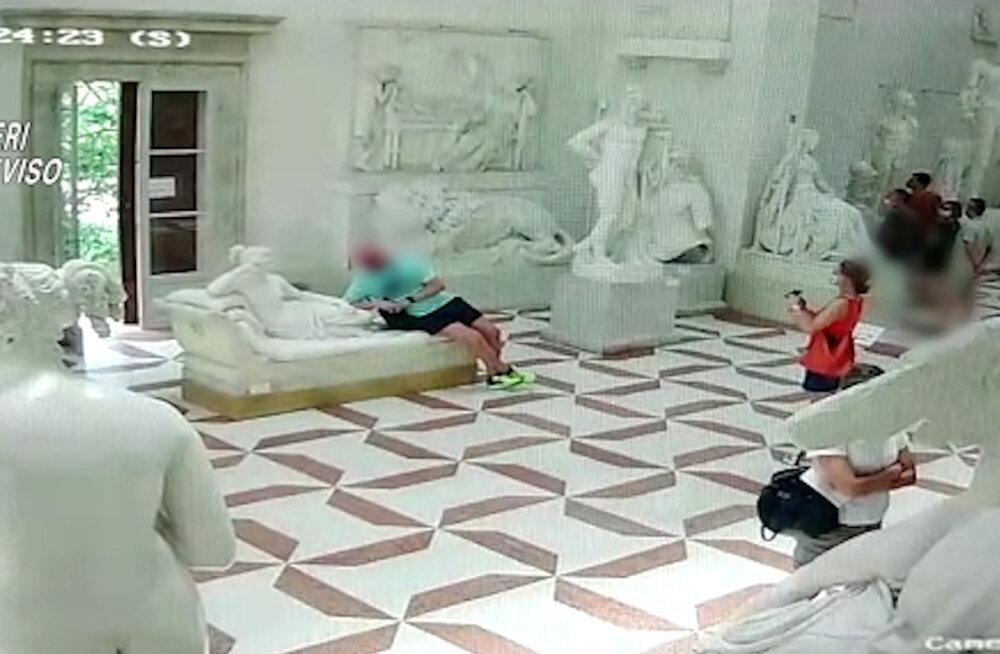 """ВИДЕО   В Италии турист """"нечаянно"""" повредил скульптуру XIX века, пытаясь сделать эффектную фотографию"""