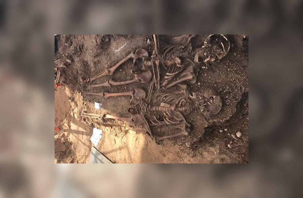 Harukordne leid! Vastseliina Piiskopilinnuse juurest leiti sõjahaud
