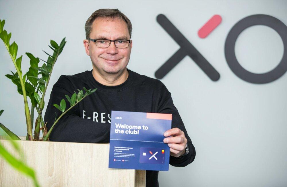 Allan Martinson näitab Xolo uut pangakaarti.