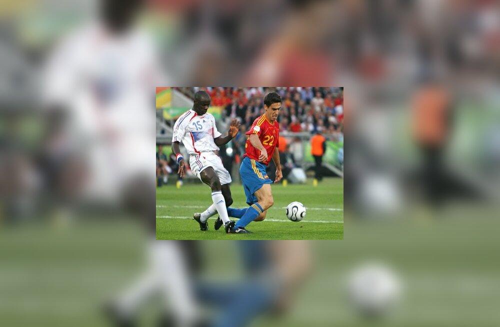 Lilian Thuram teeb Pablo Ibanezi vastu vea, mis toob Hispaaniale penalti