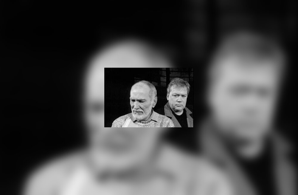 """Mikk Mikiver (Abel Znorko) ja Tõnis Mägi (Erik Larsen) 2001. aastal Viljandi teatris Ugala esietendunud lavastuses """"Enigma variatsioonid"""". Mikk on Põhjamere saarele põgenenud kuulus kirjanik ja Tõnis talle ootamatult külla sattunud ajakirjanik."""