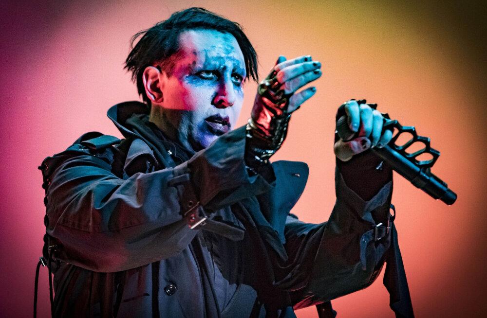 VIDEO | Fännid šokis: Jõhkrast veresaunast toibuvas linnas kontserdi andnud Marilyn Manson vehkis laval võltsrelvaga