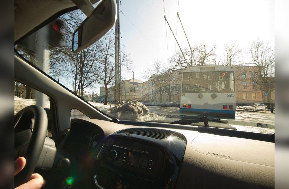Kesklinnades võiks liigelda üksnes elektriautodega nagu selle Citroën C-Zeroga samuti elektrilise trolli sabas.