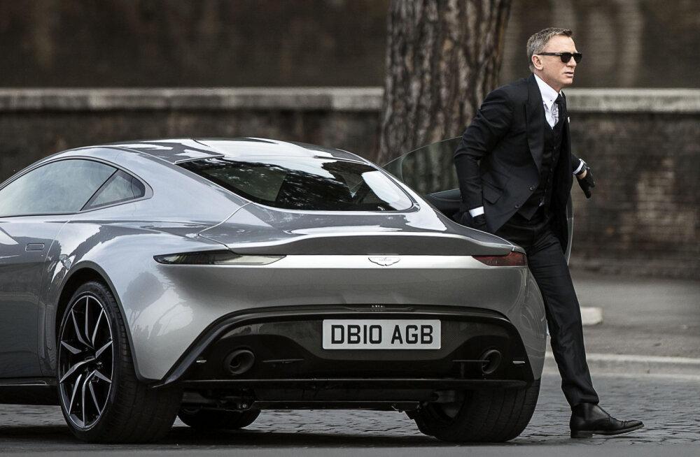 FOTOD: Vägev jõuvankrite paraad! Pariisis näidati James Bondi ikoonilisi autosid
