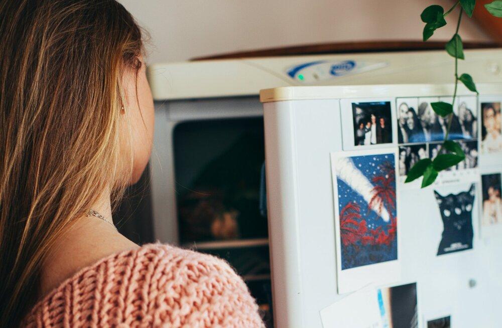 Зачем ставить в холодильник стакан со льдом и монеткой