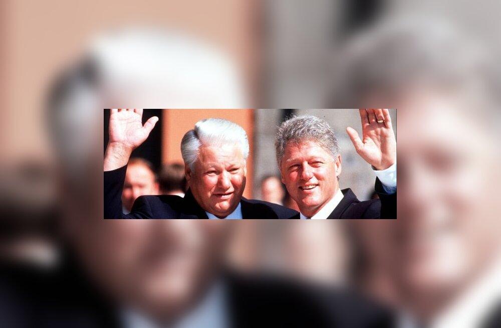 Jeltsin kakerdas 1995. a aluspesus Valge Maja ees