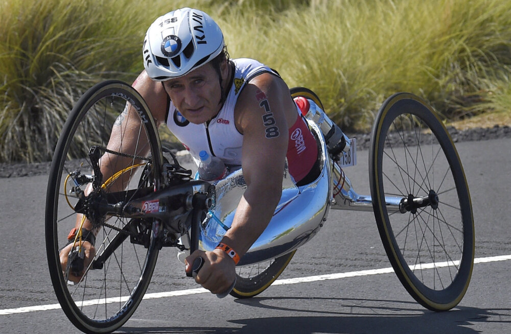Amputeeritud jalgadega endine vormel 1 sõitja sai liiklusõnnetuses raske peavigastuse ja viidi operatsioonile