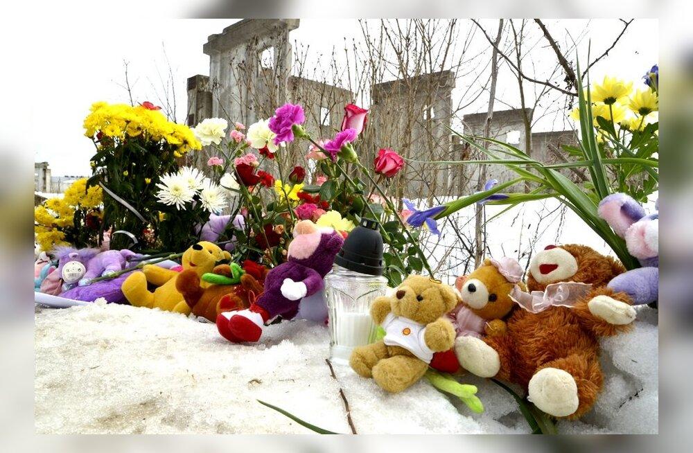 FOTOD: Õitemeri Narvas - leinavad inimesed toovad hukkunud Varvara mälestuseks lilli ja mänguasju