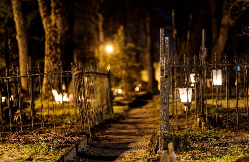 Järva-Jaani surnuaed jõulude ajal