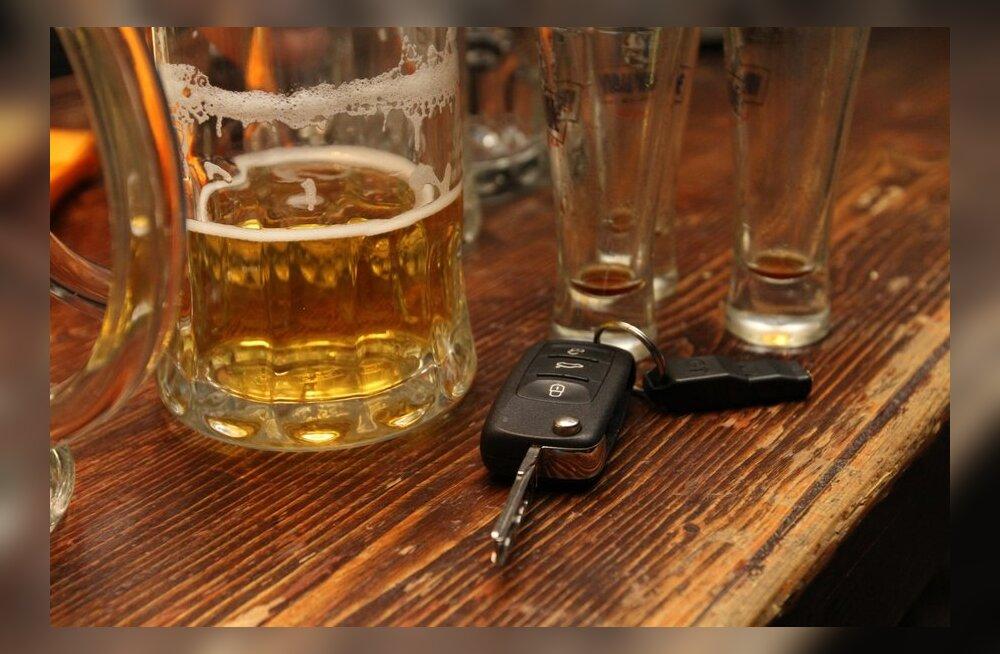 В Валгамаа два 19-летних парня отстранили от управления автомобилем пьяного мужчину
