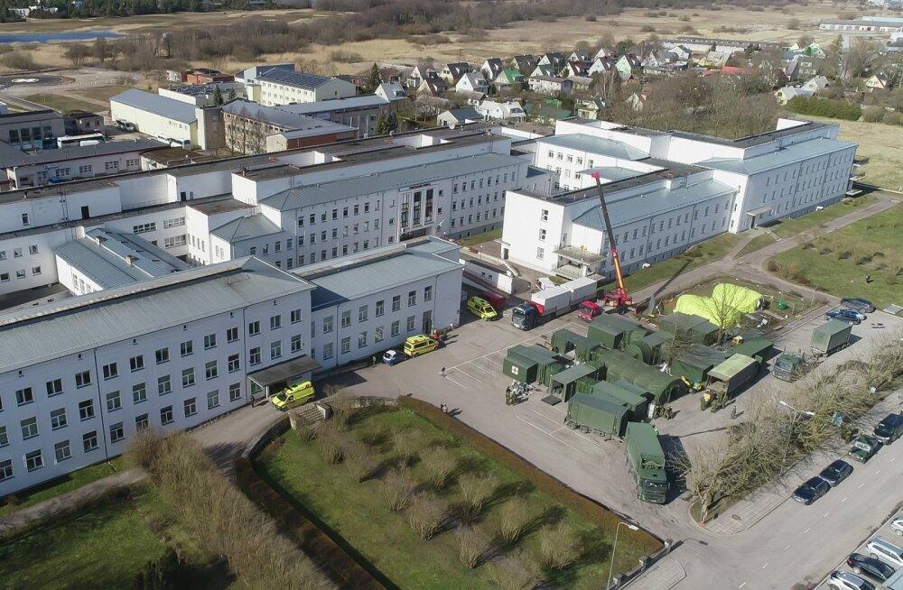 Välihaigla (fotol) Kuressaarde viinud kaitseväe personal ja mandrilt tulnud meedikud on majutatud mitmesse Kuressaare hotelli ja külalistemajja.