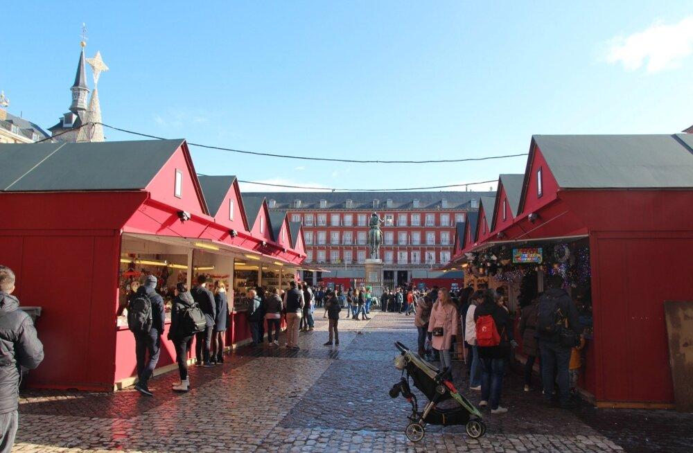 ФОТО | Надоела зеленая елка на Ратушной площади? Смотрите, как выглядит рождественский рынок в Мадриде!
