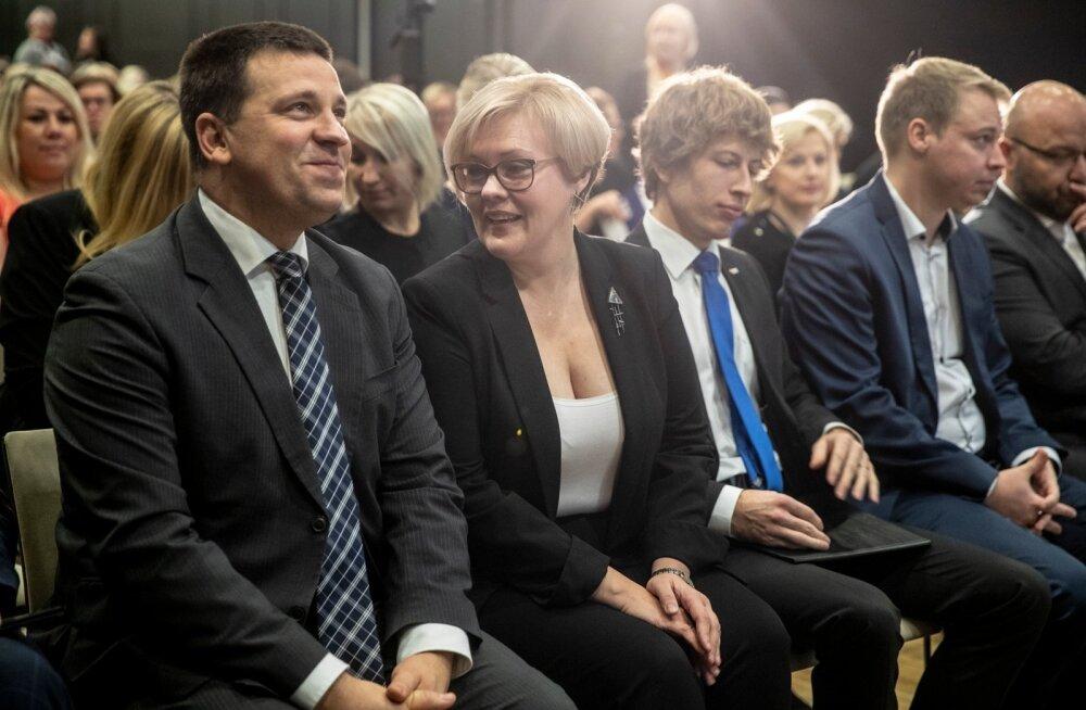 Vasakul: peaminister Jüri Ratas, tööinspektsiooni juht Maret Maripuu ja sotsiaalminister Tanel Kiik tööinspektsiooni konverentsil