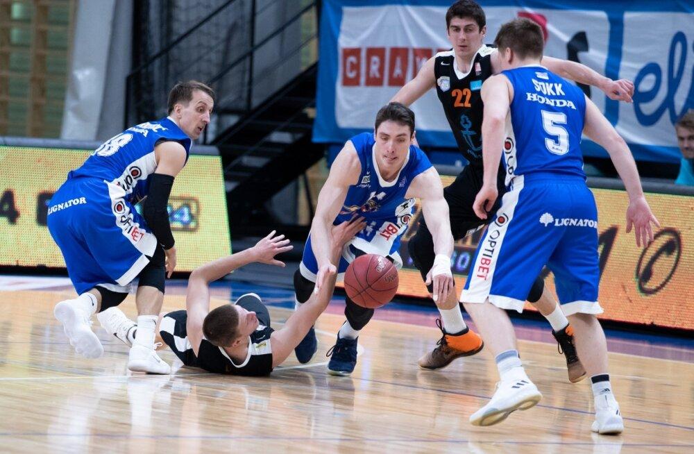 Kalev/Cramo tippmängijad Branko Mirković (vasakul), Kristjan Kangur (keskel) ja Sten-Timmu Sokk on koos kaaslastega Pärnu meeskonna pikali surunud.