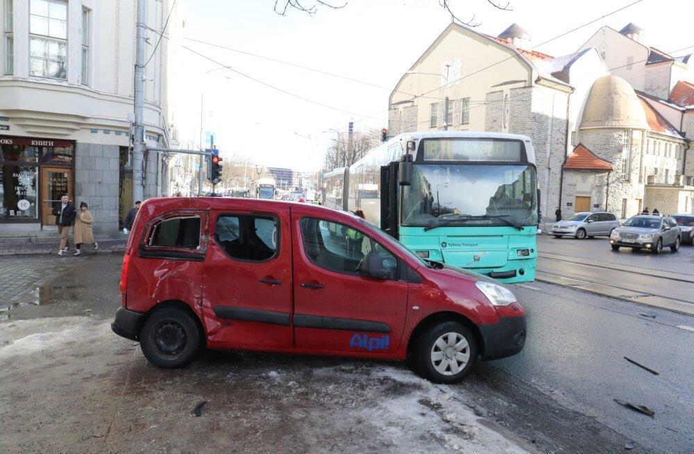 Päev liikluses: Tallinnas paiskus sõiduauto jalakäijate sekka, Võrumaal sõitis Toyota juht veokile ette