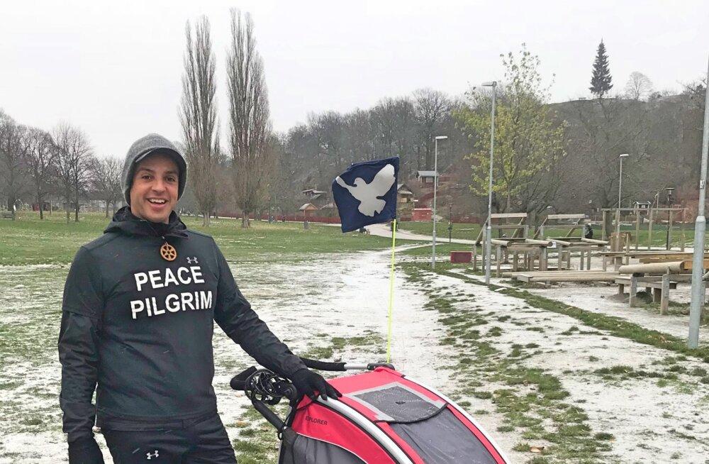 Moefotograafist maailmarahu saadikuks: kuulus rahupalverändur saabub homme Eestisse