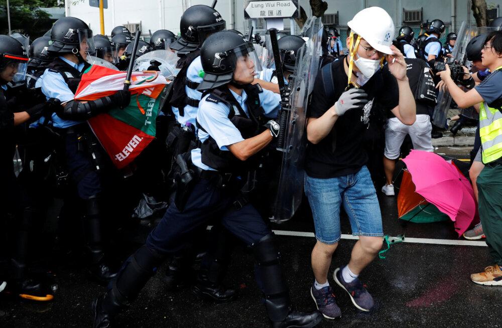 В Гонконге полиция применила дубинки и слезоточивый газ против демонстрантов