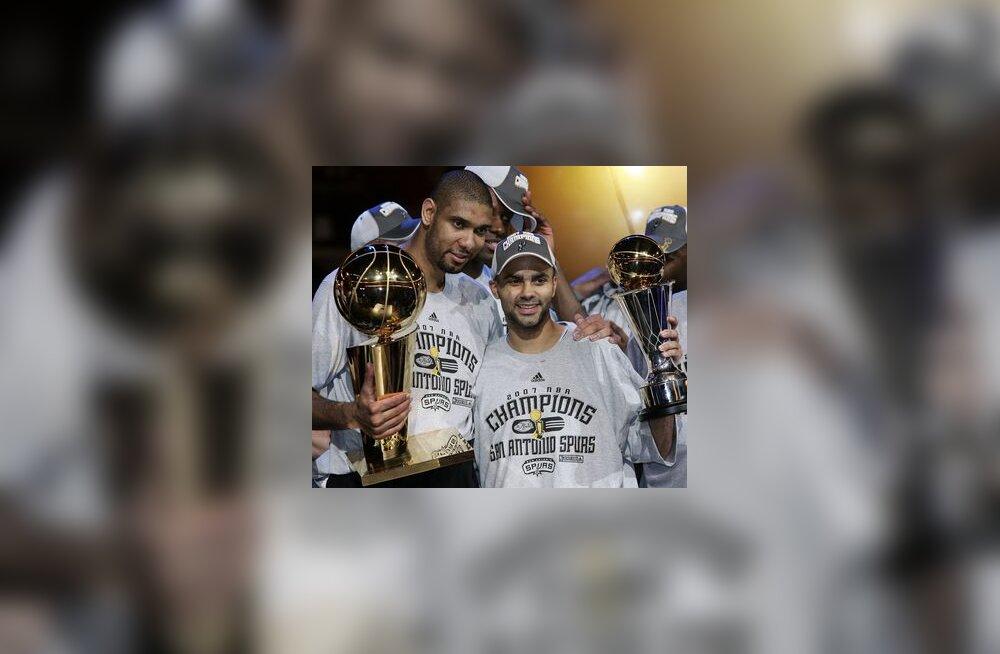 Tim Duncan (vasakul) hoiab käes NBA meistrikarikat, Tony Parker MVP karikat