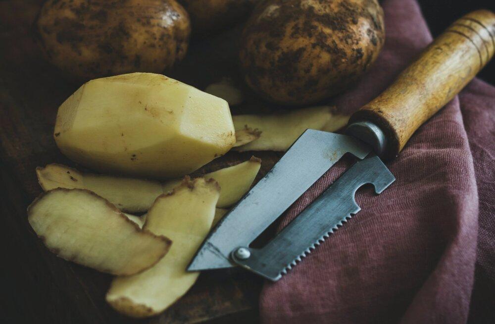 RETSEPT | Suupiste õhtuse filmi kõrvale? Pereisa jagas oma lihtsat nippi, kuidas kartulikoortest krõpsud valmistada