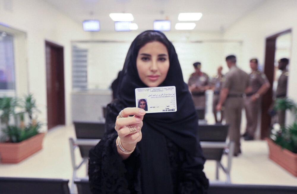 FOTOD   Ajalooline päev! Esimesed Saudi Araabia naised said kätte oma juhiload ja võivad varsti täieõiguslikult autot juhtida