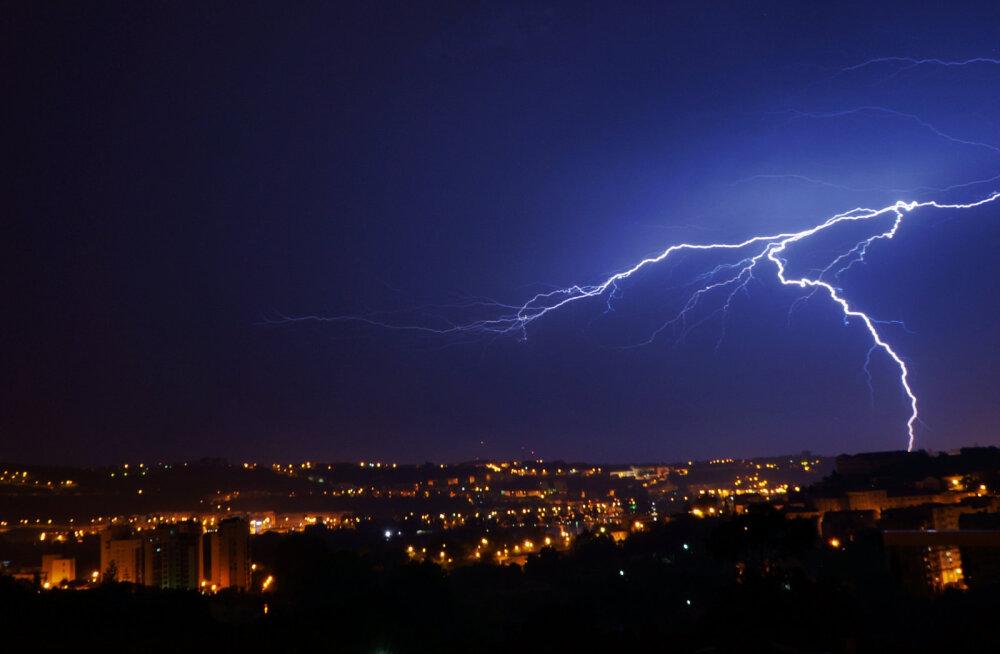 ВИДЕО: Ученые из Бразилии запечатлели необычную молнию