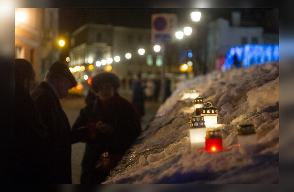 Küünalde süütamine Harju tänaval märtsipommitamise aastapäeval
