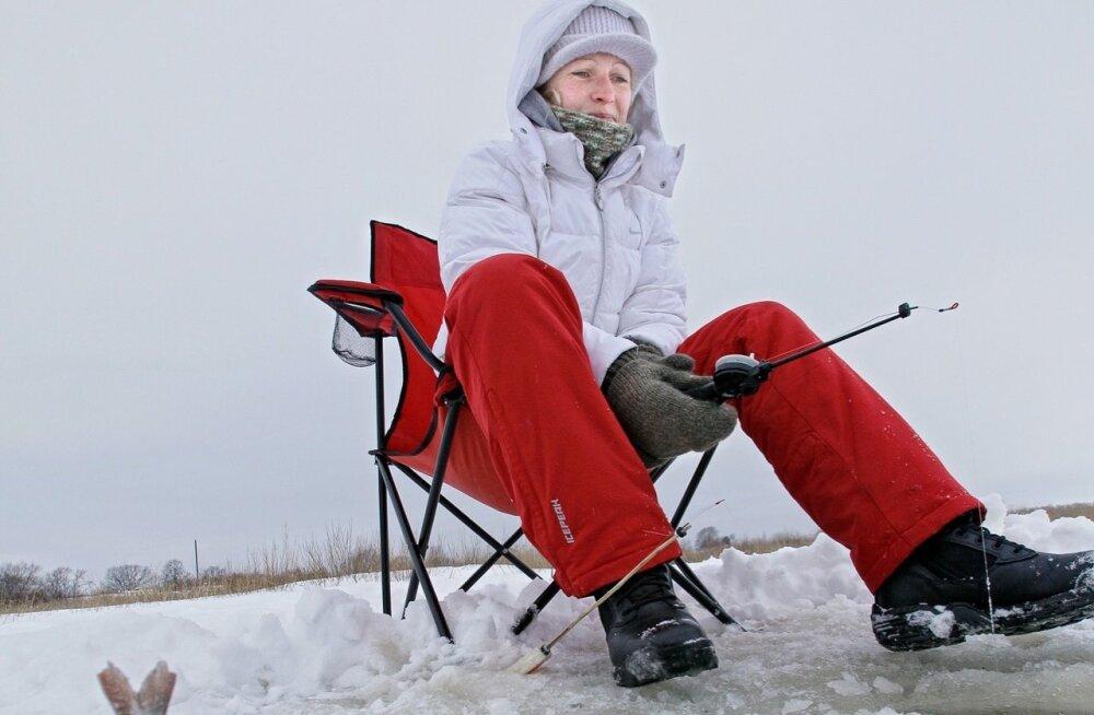 Зимняя рыбалка: с субботы можно выходить на лед Чудского озера и на легких транспортных средствах