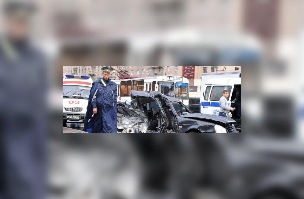 VIDEOD: mees pääseb Permis napilt tapjabussi eest