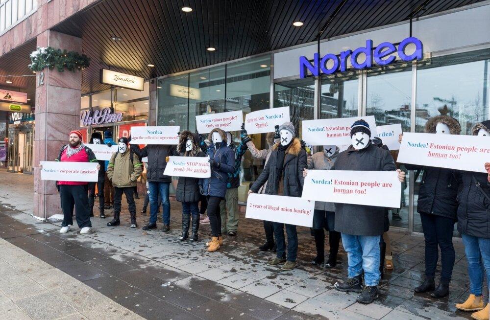 Eesti pangatöötajad protestisid kinnikaetud nägudega Stockholmis Nordea peakontori ees