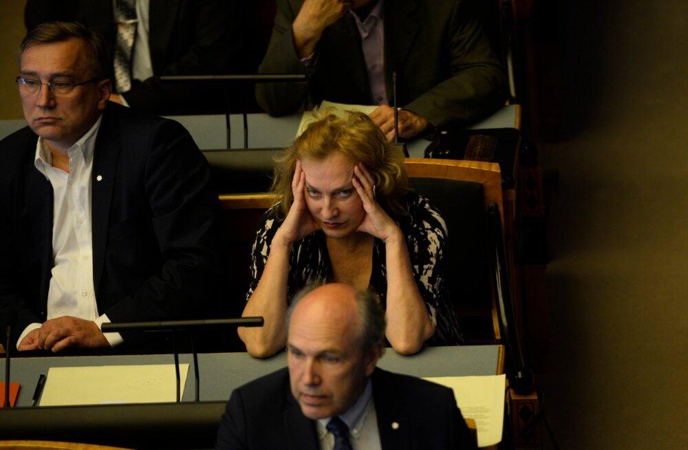 Maire Aunaste põletavad probleemid: Riigikogus on liiga palav töötada ja iPhone'i ekraanilt kehv teksti lugeda