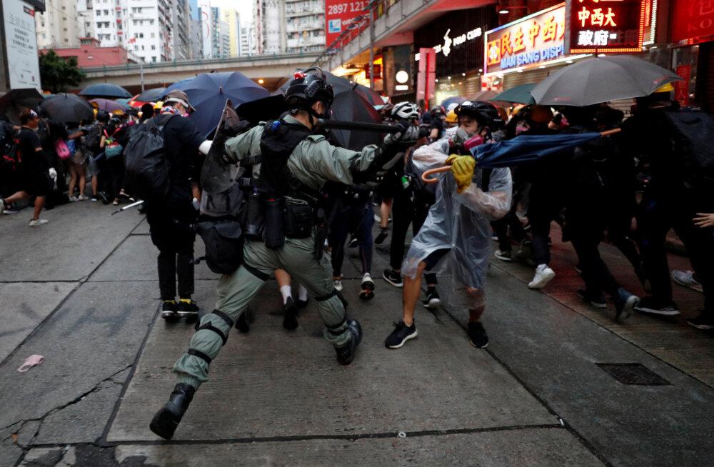 Hongkongi protestirongkäik lõppes vägivaldsete rahutustega: politsei rebis inimestelt maske peast