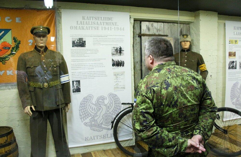 Näitus Kaitseliidu mundritest ja sümboolikast Saaremaa sõjavara muuseumis