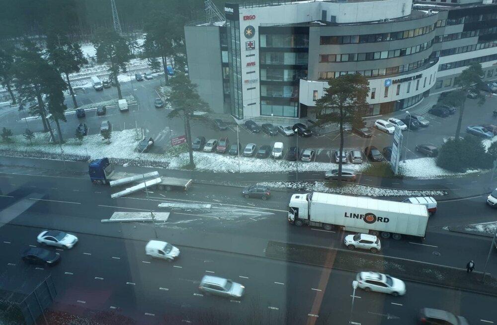 ФОТО DELFI: Движение по Ярвевана теэ в сторону Ласнамяэ нарушено из-за упавших на проезжую часть бетонных панелей