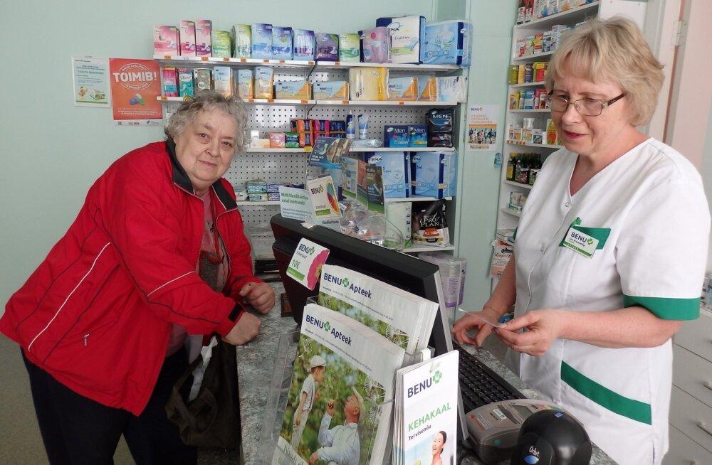 Aravete apteegi proviisor Lea Kruusimägi selgitab Inge Lannusalule, milline ravim on hinnalt soodsam.