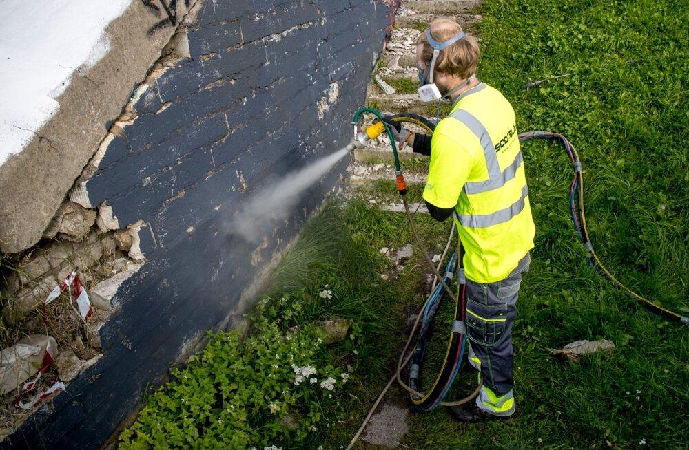 Linnahalli seinamaalingu proovipesemine
