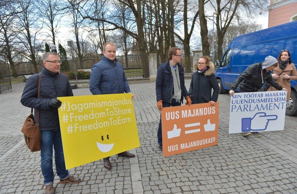 FOTOD: Jagamismajanduse entusiastid kogunesid riigikogule toetust avaldama