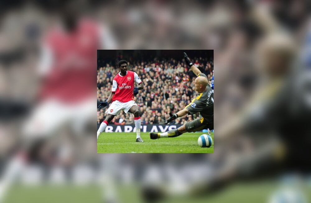 Emmanuel Adebayor (Arsenal) lööb värava