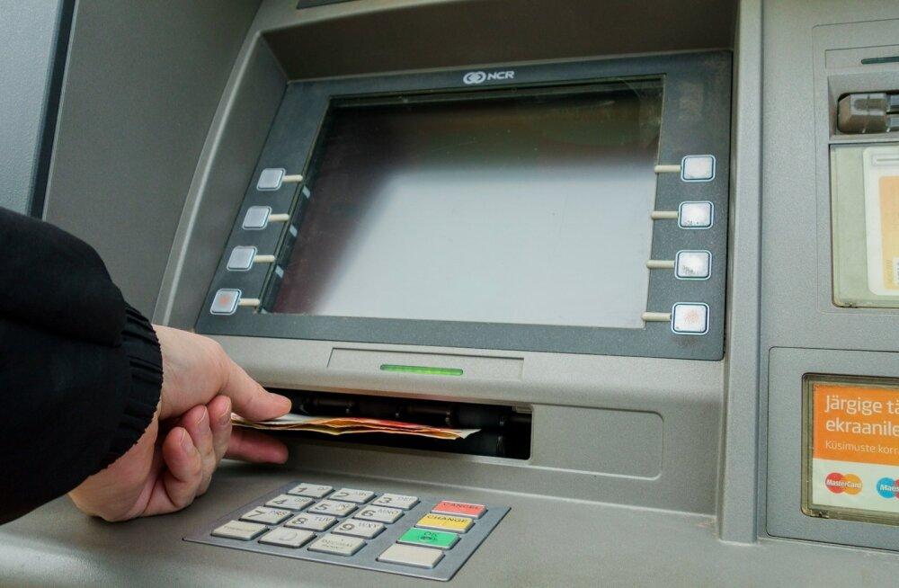 """Недовольный клиент: банкомат """"съел"""" карточку. Почему я должен ждать новую так долго?"""