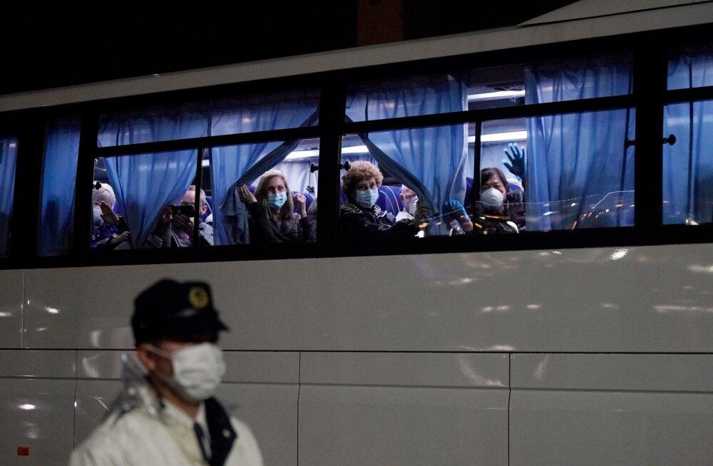 Kruiisilaeval olnud ameeriklased viidi Tokyo Haneda lennujaama bussidega.