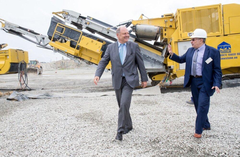 Austria suursaadik Eestis Dr Julius Lauritsch (vasakul) ja Paekivitoodete Tehase OÜ juhatuse esimees Vladimir Libman uue kivipurustusliini käivitamisel Väo karjääris 21. augustil.