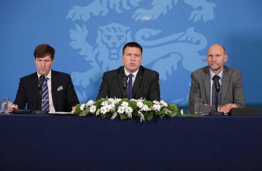 Rahandusminister Martin Helme( vasakult), peaminister Jüri Ratas ja Helir-Valdor Seeder täna pressikonverentsil.