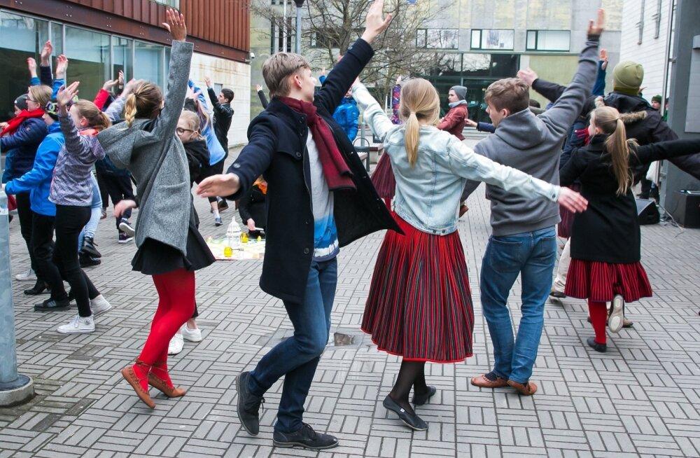 EV 100 avaüritusel süüdati küünlad ja tantsiti Kuressaares