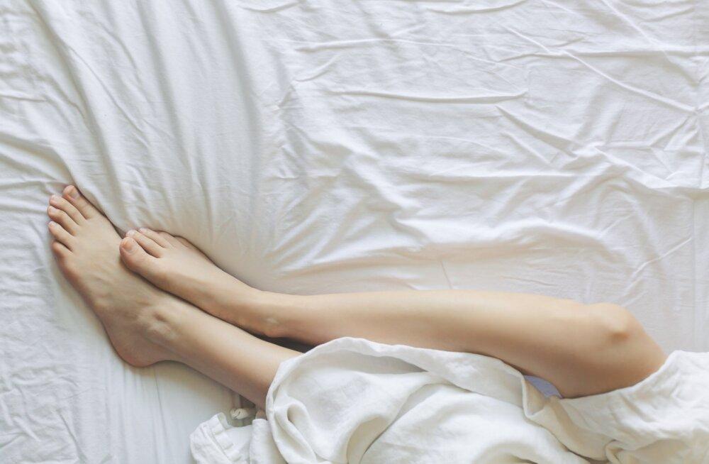 Медики пояснили, почему ноги должны выглядывать из-под одеяла во время сна