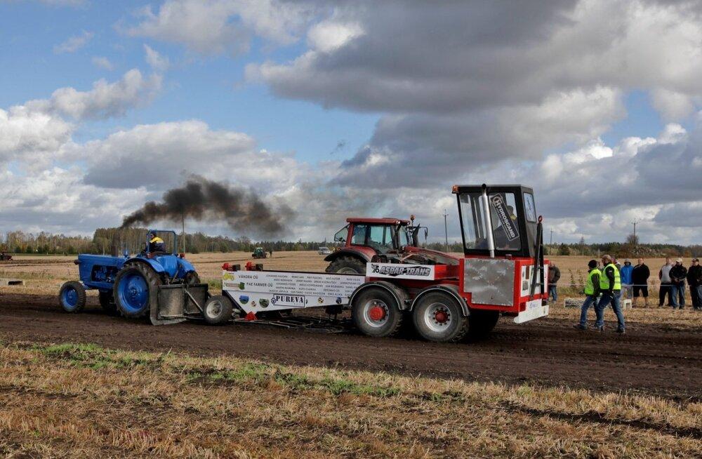 Toimub ka traktor-pulling'u künnivõistluste etapp.