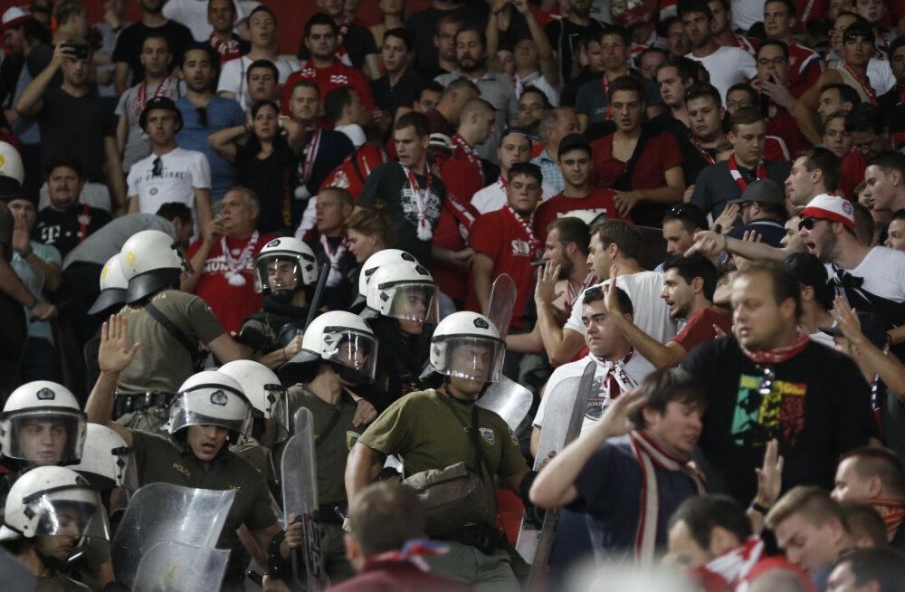 VIDEO: Kreeka märulipolitsei nüpeldas kumminuiadega Bayerni fänne